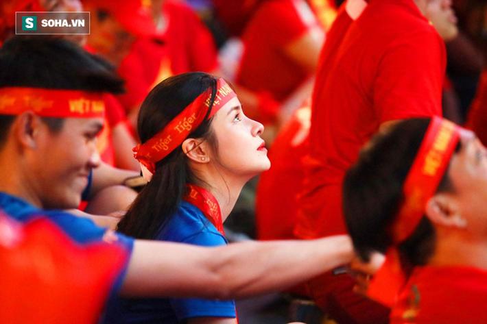 Hàng vạn CĐV đổ ra đường cổ vũ U22 Việt Nam, tin thầy trò HLV Park sẽ vô địch SEA Games - Ảnh 5.