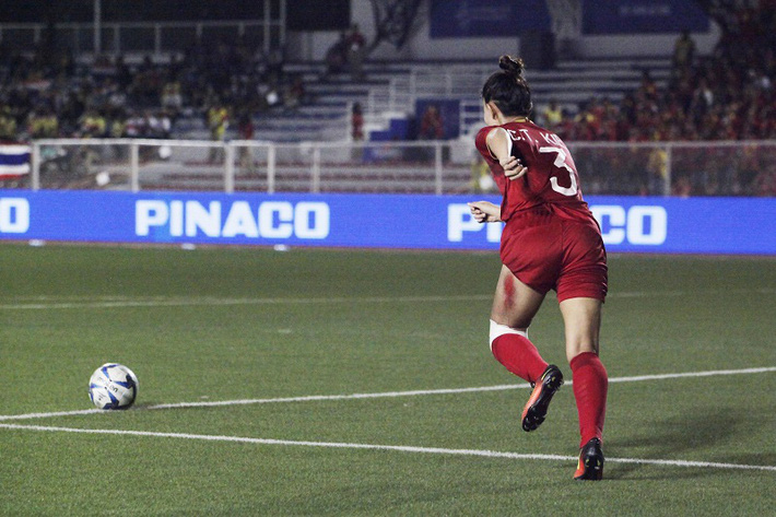 Nữ cầu thủ VN nén vết đau cháy thịt đoạt HCV: Cờ Tổ quốc trên tim không cho em chùn bước - Ảnh 1.