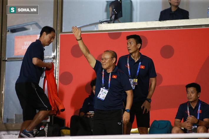 Đi cổ vũ đội tuyển nữ, thầy Park đứng ngồi không yên, hò hét như lúc dẫn dắt U22 Việt Nam - Ảnh 1.