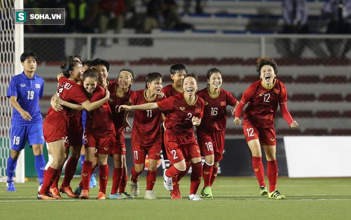 Đi cổ vũ đội tuyển nữ, thầy Park đứng ngồi không yên, hò hét như lúc dẫn dắt U22 Việt Nam - Ảnh 4.