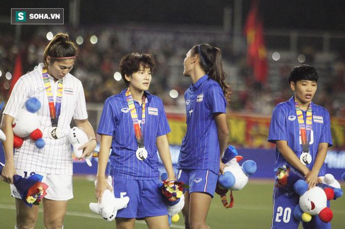 Em gái Teerasil Dangda khóc nức nở, cay đắng khi tự tay dâng bàn thắng vàng cho Việt Nam - Ảnh 8.