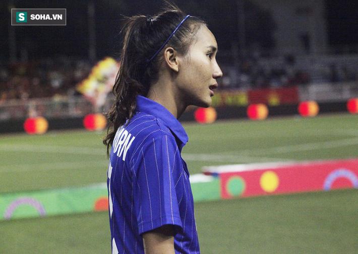 Em gái Teerasil Dangda khóc nức nở, cay đắng khi tự tay dâng bàn thắng vàng cho Việt Nam - Ảnh 6.