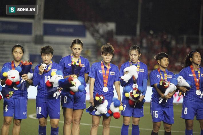 Em gái Teerasil Dangda khóc nức nở, cay đắng khi tự tay dâng bàn thắng vàng cho Việt Nam - Ảnh 10.