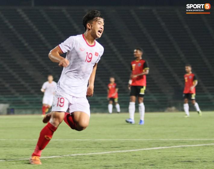 Trần Danh Trung bật khóc nức nở khi ghi bàn thắng may mắn cho U22 Việt Nam - Ảnh 1.