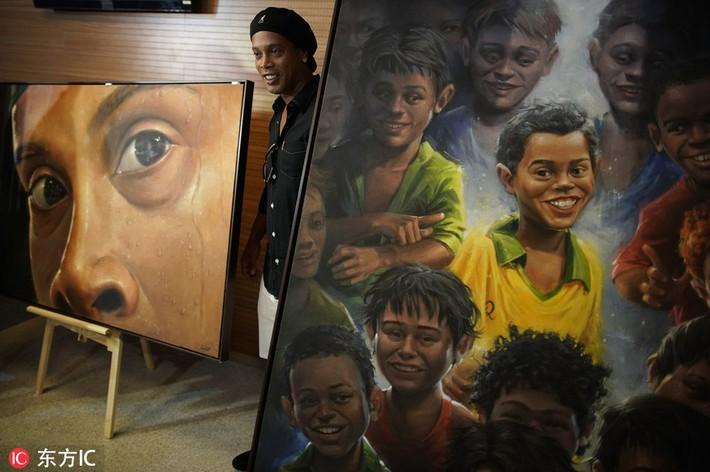 Sau ngày giải nghệ, Ronaldinho tươi cười dự triển lãm về chính mình - Ảnh 2.