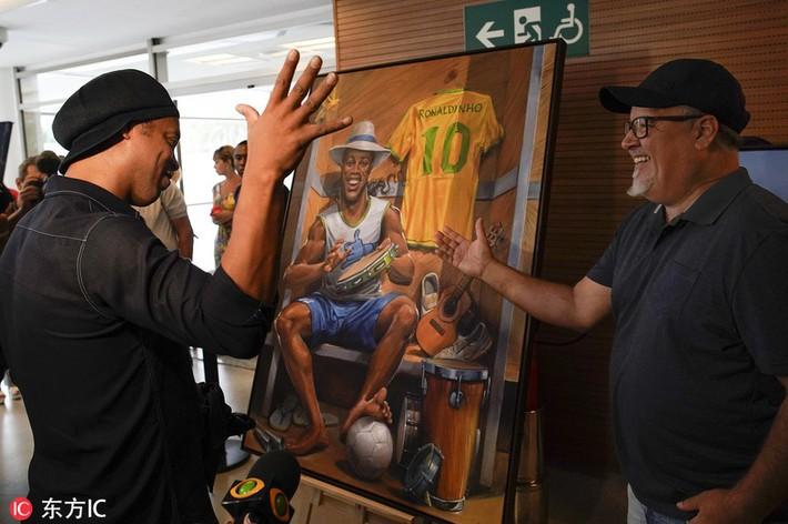 Sau ngày giải nghệ, Ronaldinho tươi cười dự triển lãm về chính mình - Ảnh 3.