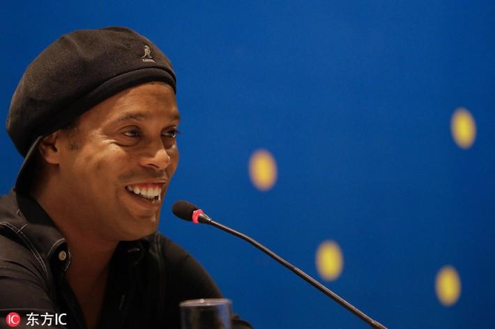 Sau ngày giải nghệ, Ronaldinho tươi cười dự triển lãm về chính mình - Ảnh 1.