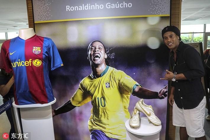 Sau ngày giải nghệ, Ronaldinho tươi cười dự triển lãm về chính mình - Ảnh 5.