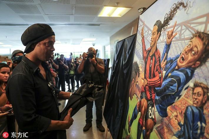 Sau ngày giải nghệ, Ronaldinho tươi cười dự triển lãm về chính mình - Ảnh 6.