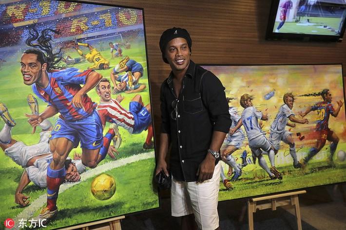 Sau ngày giải nghệ, Ronaldinho tươi cười dự triển lãm về chính mình - Ảnh 7.