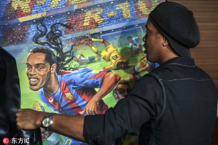 Sau ngày giải nghệ, Ronaldinho tươi cười dự triển lãm về chính mình - Ảnh 8.