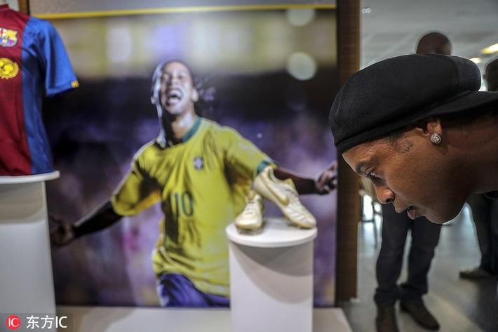 Sau ngày giải nghệ, Ronaldinho tươi cười dự triển lãm về chính mình - Ảnh 9.