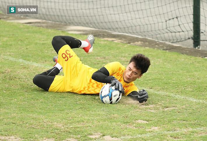 HLV Park Hang-seo cay cú chơi xấu vì bị... trợ lý quây trong trò đá ma - Ảnh 3.