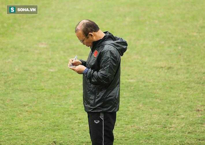 HLV Park Hang-seo cay cú chơi xấu vì bị... trợ lý quây trong trò đá ma - Ảnh 4.