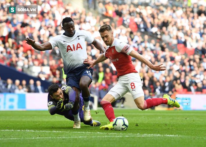 Trọng tài tặng Tottenham bàn thắng, Man United cười thầm trước Arsenal - Ảnh 2.
