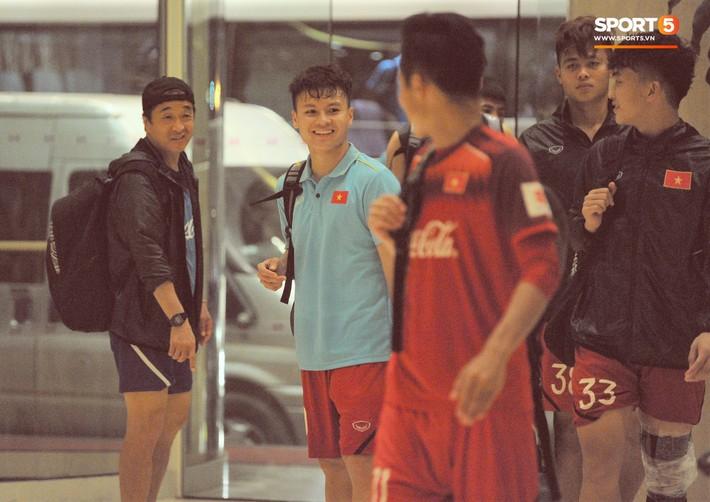 Đồng đội nhất trí phạt Đình Trọng 200.000 đồng khi về tới khách sạn - Ảnh 1.
