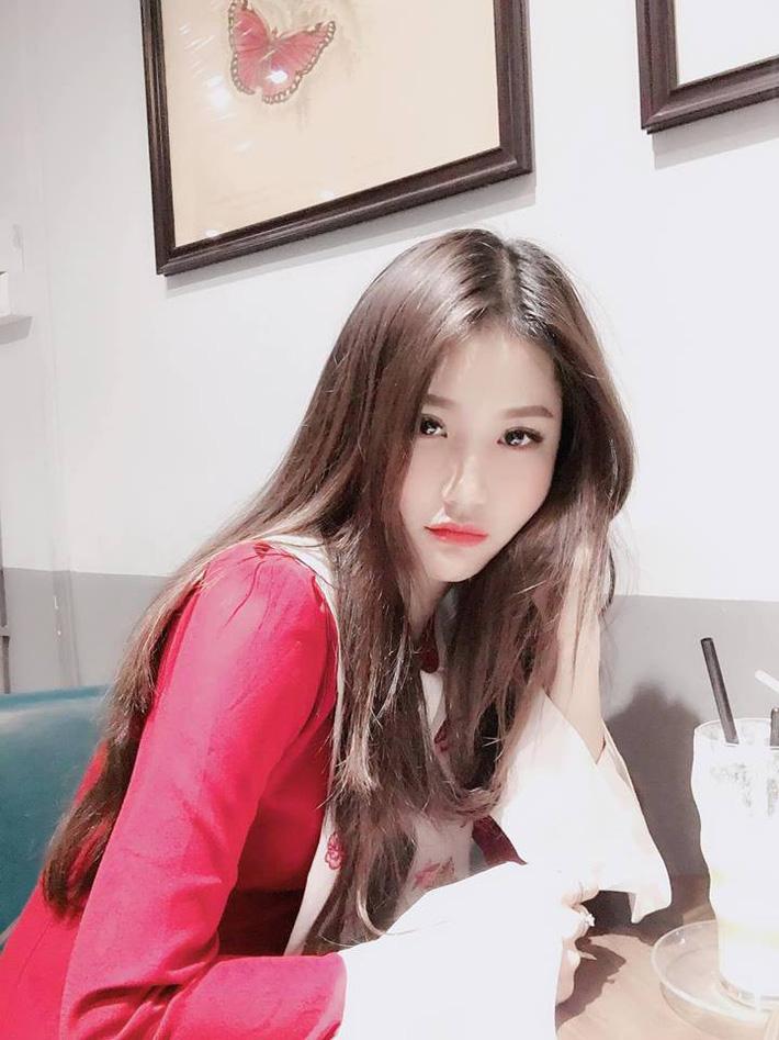 Lộ diện người đẹp trên khán đài khiến fan Việt Nam ngẩn ngơ - Ảnh 1.