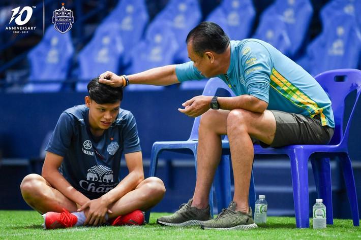 Cầu thủ đánh nguội Đình Trọng bị chủ tịch Buriram United nắm tóc chỉ bảo ngay trên sân tập - Ảnh 1.