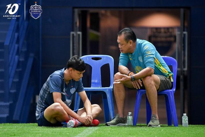 Cầu thủ đánh nguội Đình Trọng bị chủ tịch Buriram United nắm tóc chỉ bảo ngay trên sân tập - Ảnh 2.