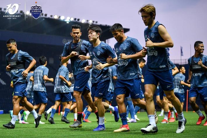 Cầu thủ đánh nguội Đình Trọng bị chủ tịch Buriram United nắm tóc chỉ bảo ngay trên sân tập - Ảnh 4.