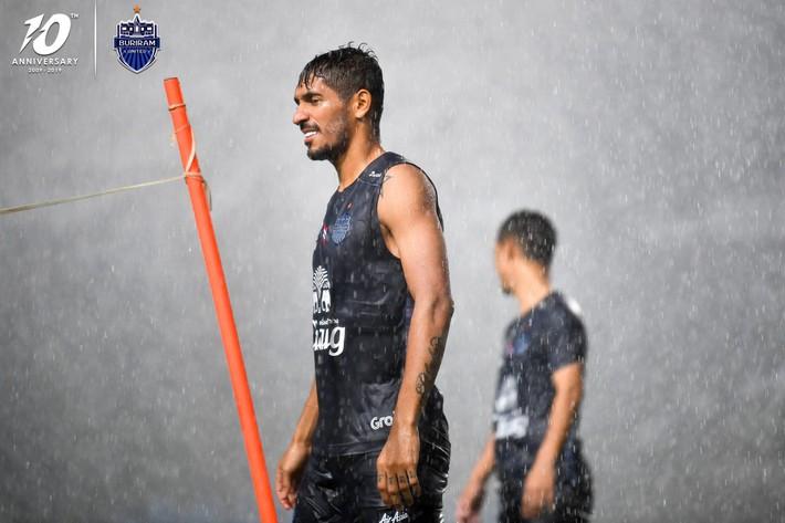 Cầu thủ đánh nguội Đình Trọng bị chủ tịch Buriram United nắm tóc chỉ bảo ngay trên sân tập - Ảnh 6.