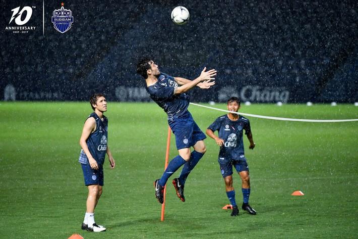Cầu thủ đánh nguội Đình Trọng bị chủ tịch Buriram United nắm tóc chỉ bảo ngay trên sân tập - Ảnh 7.