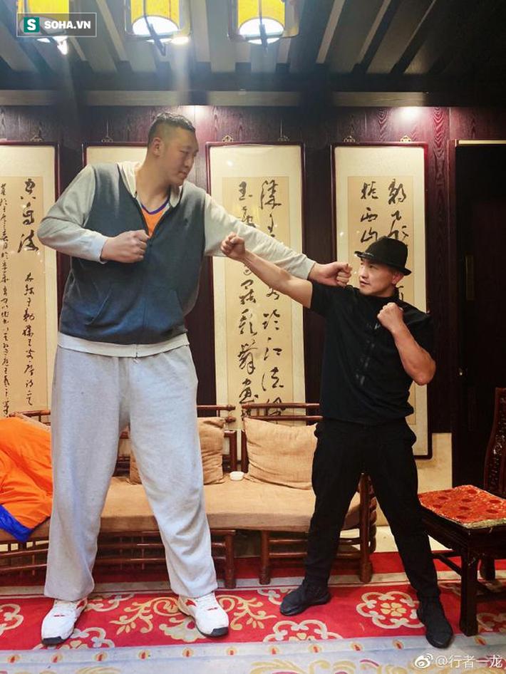 """Đệ nhất Thiếu Lâm tuyên bố hạ gục """"người khổng lồ"""" giữ kỷ lục Guinness với chiều cao 2m36 - Ảnh 1."""
