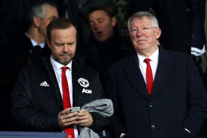 Xúc động hình ảnh cha già Alex Ferguson mỉm cười mãn nguyện, nhìn đàn con MU làm nên kỳ tích trước PSG - Ảnh 1.