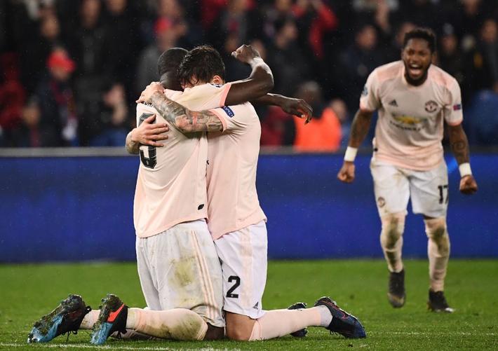 Xúc động hình ảnh cha già Alex Ferguson mỉm cười mãn nguyện, nhìn đàn con MU làm nên kỳ tích trước PSG - Ảnh 2.