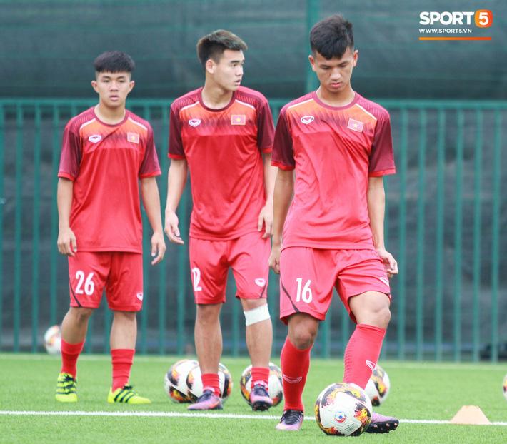 U18 Việt Nam hối hả tập luyện chuẩn bị cho giải Tứ hùng ở Trung Quốc - Ảnh 1.