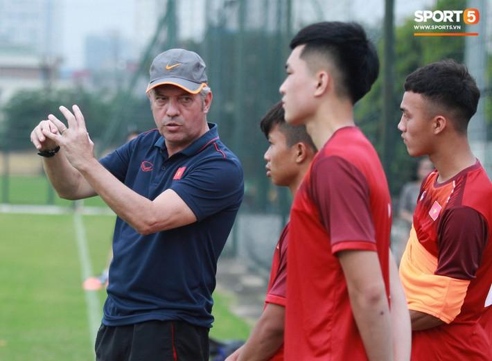 U18 Việt Nam hối hả tập luyện chuẩn bị cho giải Tứ hùng ở Trung Quốc - Ảnh 8.