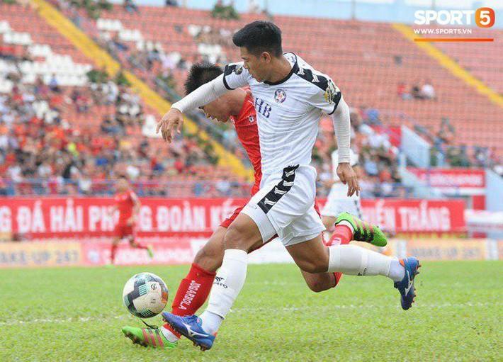 Cầu thủ Đà Nẵng bị HLV Huỳnh Đức mắng xối xả, cúi gằm mặt rời sân Lạch Tray - Ảnh 1.