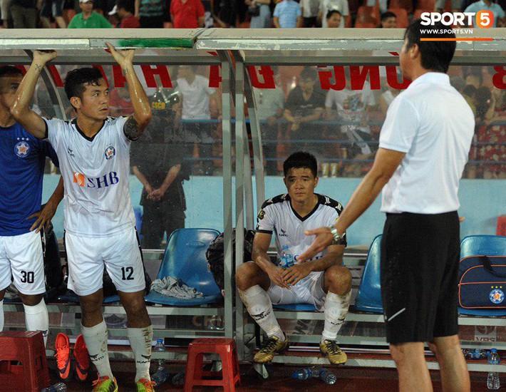Cầu thủ Đà Nẵng bị HLV Huỳnh Đức mắng xối xả, cúi gằm mặt rời sân Lạch Tray - Ảnh 4.