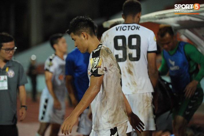 Cầu thủ Đà Nẵng bị HLV Huỳnh Đức mắng xối xả, cúi gằm mặt rời sân Lạch Tray - Ảnh 6.