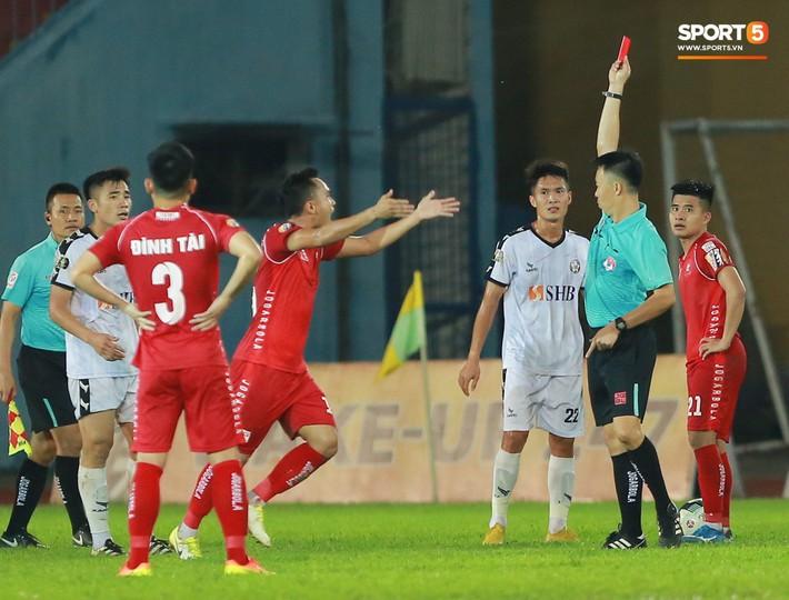 Cầu thủ Đà Nẵng bị HLV Huỳnh Đức mắng xối xả, cúi gằm mặt rời sân Lạch Tray - Ảnh 7.