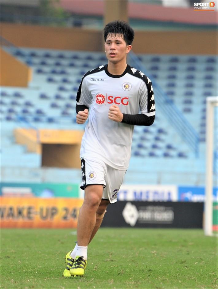 Trở lại lĩnh xướng hàng phòng ngự Hà Nội FC, Đình Trọng thét gào trên sân chỉ đạo anh em tập chiến thuật - Ảnh 1.