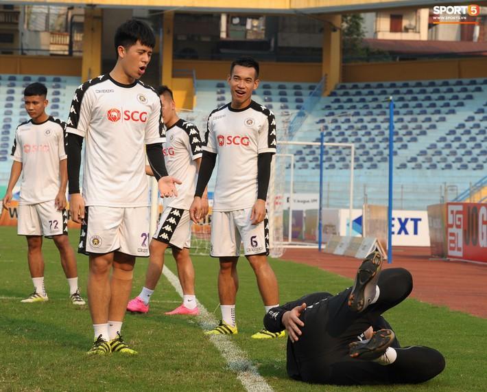 Trở lại lĩnh xướng hàng phòng ngự Hà Nội FC, Đình Trọng thét gào trên sân chỉ đạo anh em tập chiến thuật - Ảnh 2.