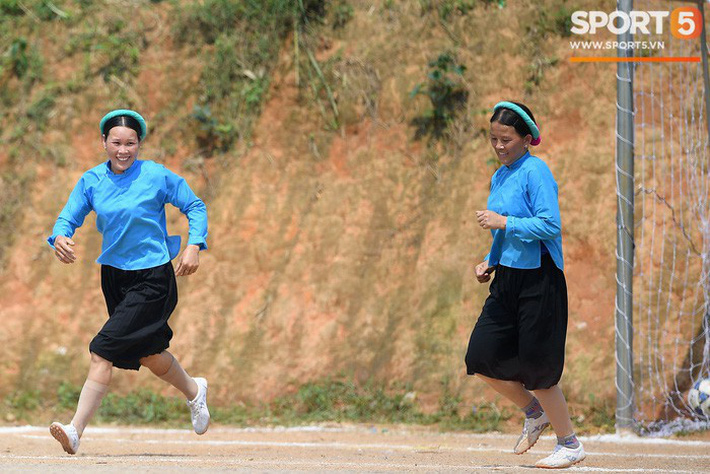 Cánh đàn ông địu con ngắm chị em mặc váy, xỏ giày biểu diễn bóng đá kỹ thuật chẳng kém Quang Hải - Ảnh 14.