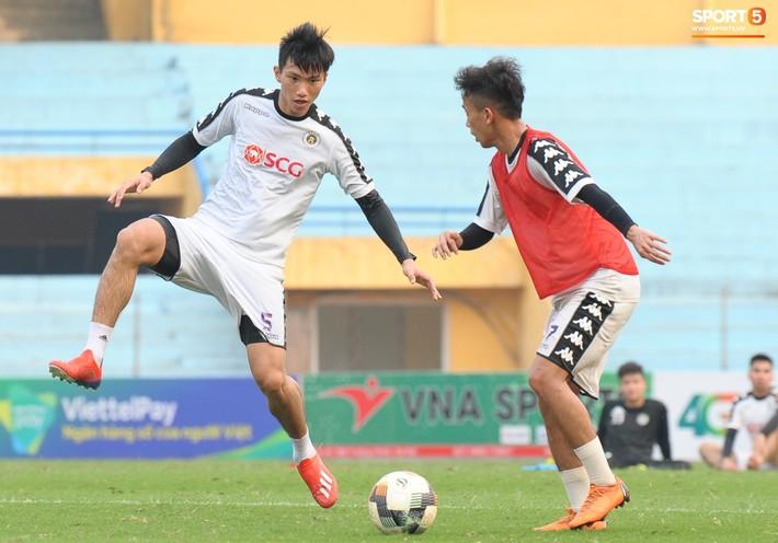 Trở lại lĩnh xướng hàng phòng ngự Hà Nội FC, Đình Trọng thét gào trên sân chỉ đạo anh em tập chiến thuật - Ảnh 15.