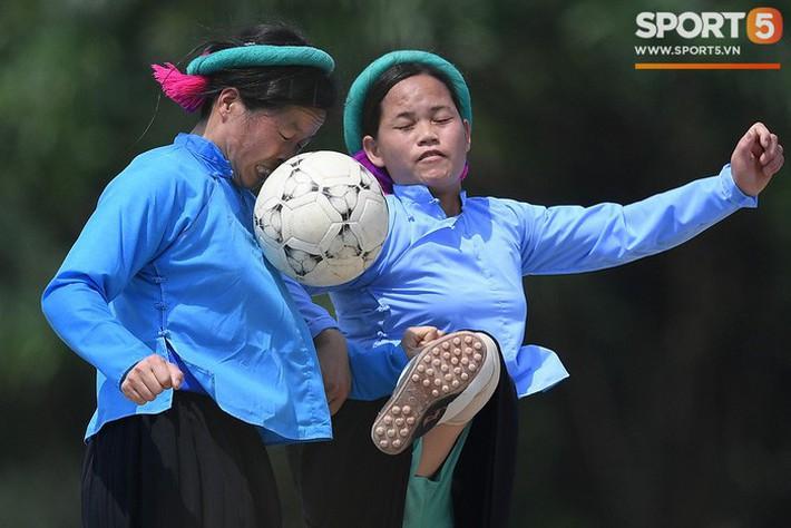 Cánh đàn ông địu con ngắm chị em mặc váy, xỏ giày biểu diễn bóng đá kỹ thuật chẳng kém Quang Hải - Ảnh 16.
