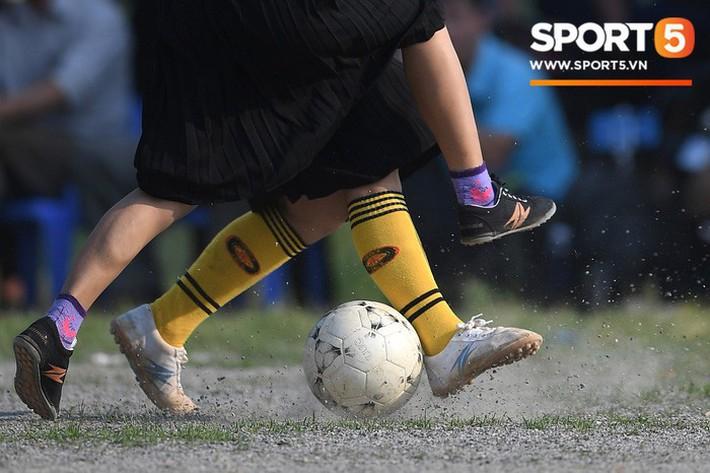 Cánh đàn ông địu con ngắm chị em mặc váy, xỏ giày biểu diễn bóng đá kỹ thuật chẳng kém Quang Hải - Ảnh 17.