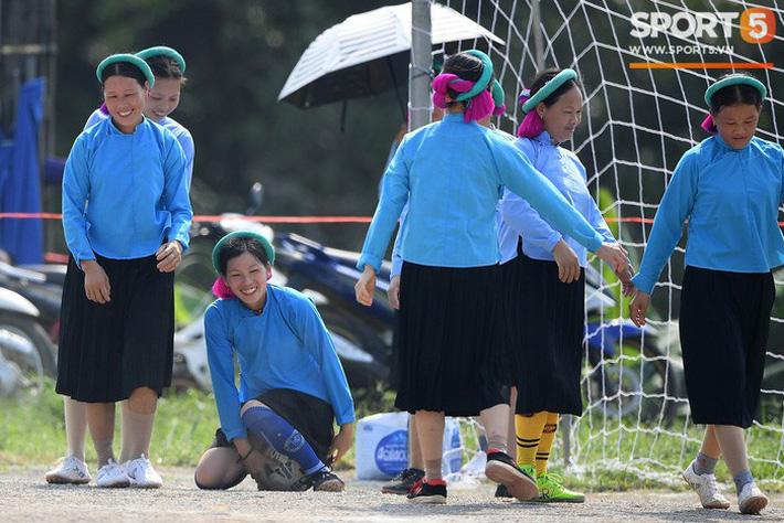 Cánh đàn ông địu con ngắm chị em mặc váy, xỏ giày biểu diễn bóng đá kỹ thuật chẳng kém Quang Hải - Ảnh 26.
