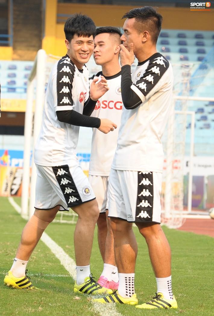 Trở lại lĩnh xướng hàng phòng ngự Hà Nội FC, Đình Trọng thét gào trên sân chỉ đạo anh em tập chiến thuật - Ảnh 4.