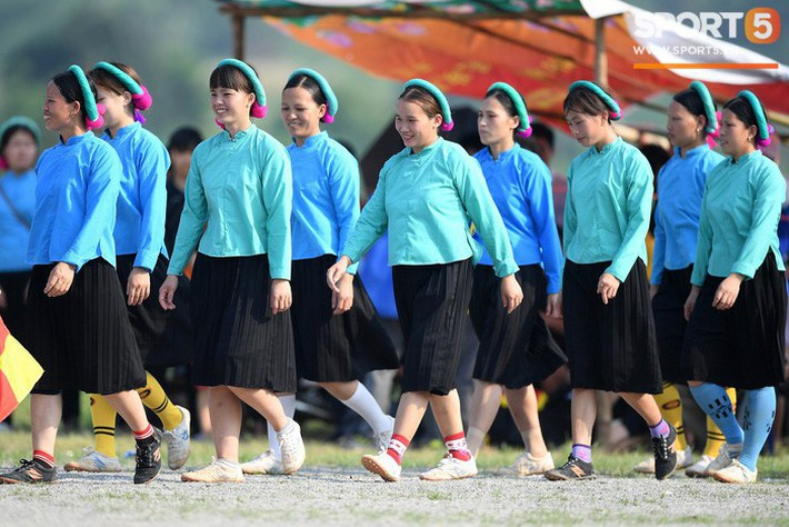 Cánh đàn ông địu con ngắm chị em mặc váy, xỏ giày biểu diễn bóng đá kỹ thuật chẳng kém Quang Hải - Ảnh 4.