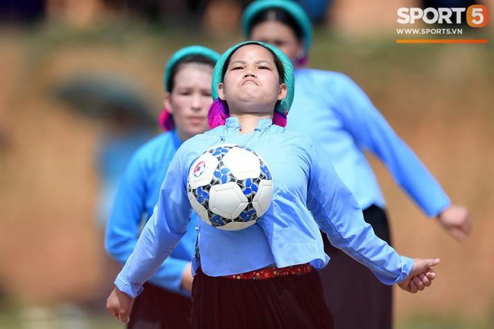 Cánh đàn ông địu con ngắm chị em mặc váy, xỏ giày biểu diễn bóng đá kỹ thuật chẳng kém Quang Hải - Ảnh 31.