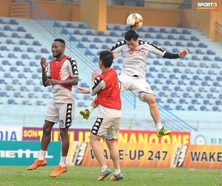 Trở lại lĩnh xướng hàng phòng ngự Hà Nội FC, Đình Trọng thét gào trên sân chỉ đạo anh em tập chiến thuật - Ảnh 6.