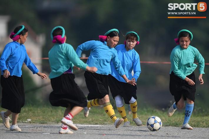 Cánh đàn ông địu con ngắm chị em mặc váy, xỏ giày biểu diễn bóng đá kỹ thuật chẳng kém Quang Hải - Ảnh 6.