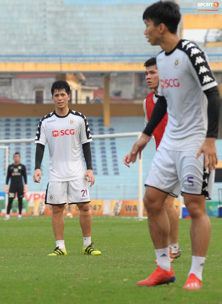 Trở lại lĩnh xướng hàng phòng ngự Hà Nội FC, Đình Trọng thét gào trên sân chỉ đạo anh em tập chiến thuật - Ảnh 7.