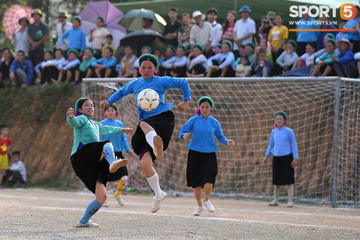 Cánh đàn ông địu con ngắm chị em mặc váy, xỏ giày biểu diễn bóng đá kỹ thuật chẳng kém Quang Hải - Ảnh 9.