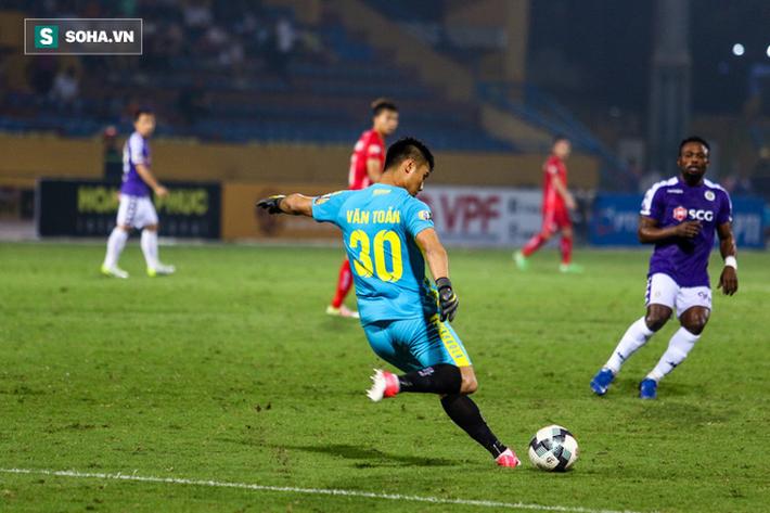 Thám sát V.League, thầy Park đã tìm được nhân tố khiến thủ môn Bùi Tiến Dũng phải lo lắng - Ảnh 2.